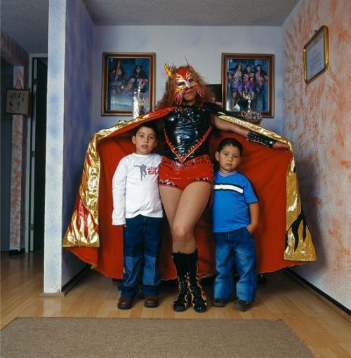 Visita comentada a l'exposició  «Lluita lliure: retrats de família. Fotografies de Lourdes Grobet»