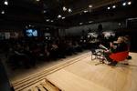 Serge Latouche adreçant-se al públic