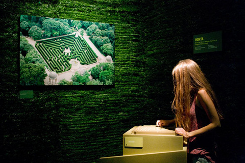Per laberints. Visita a l'exposició i itinerari urbà