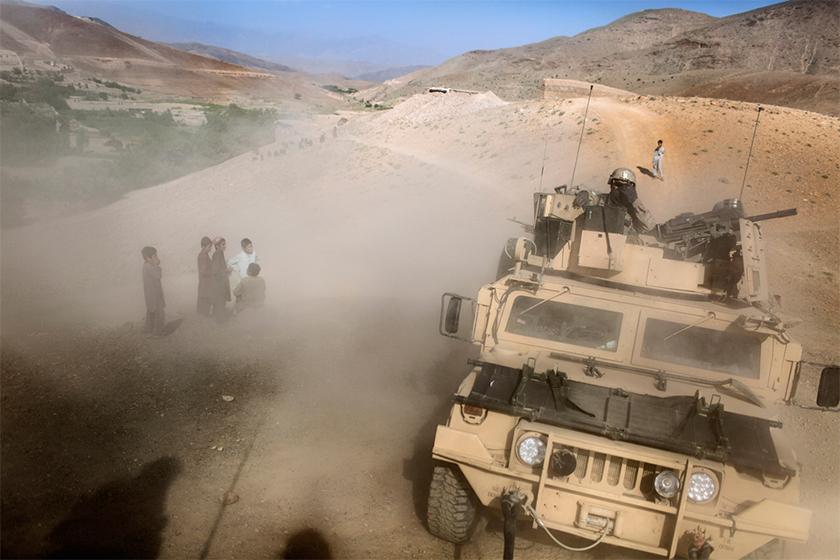 Niños afganos ven pasar un vehículo militar estadounidense en Afganistán. DIEGO IBARRA SÁNCHEZ / 5W