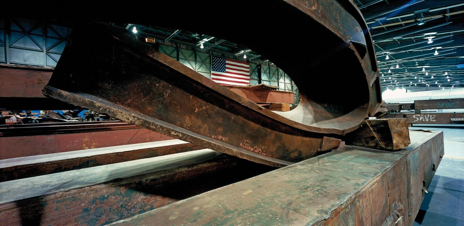 """Fotografia de Francesc Torres. Instal·lació """"Memòria Fragmentada 11-S NY Artefactes a l'hangar 17"""" © Francesc Torres- VEGAP- 2011"""