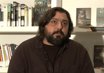 Hakan Günday: «El espacio público significa llamar a la puerta del vecino y preguntarle quién es»