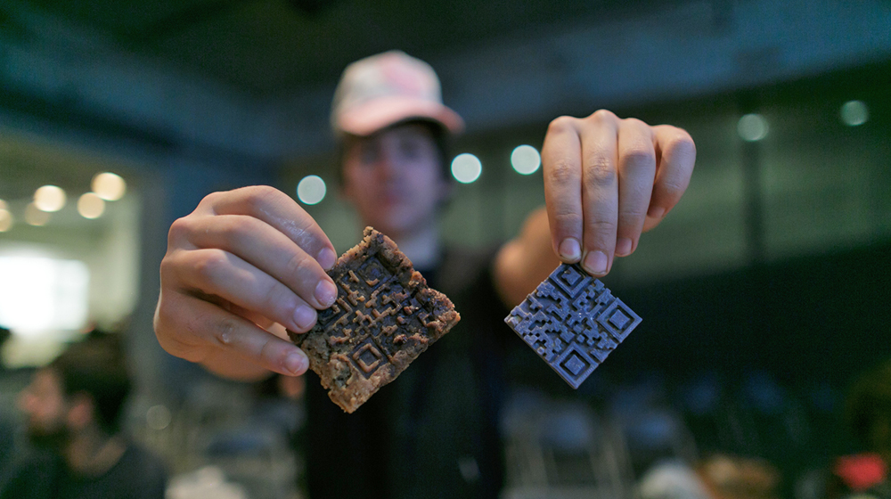 QR cookie with virus. Internet Yami Ichi at The Influencers 2016. © CCCB, 2016. Author: Miquel Taverna.