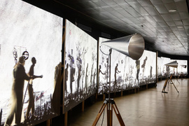"William Kentridge,""More Sweetly Play the Dance"", 2015. Videoinstalación. 