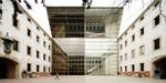 Fachada de vidrio del edificio de nueva planta del Pati de les Dones | © Adrià Goula