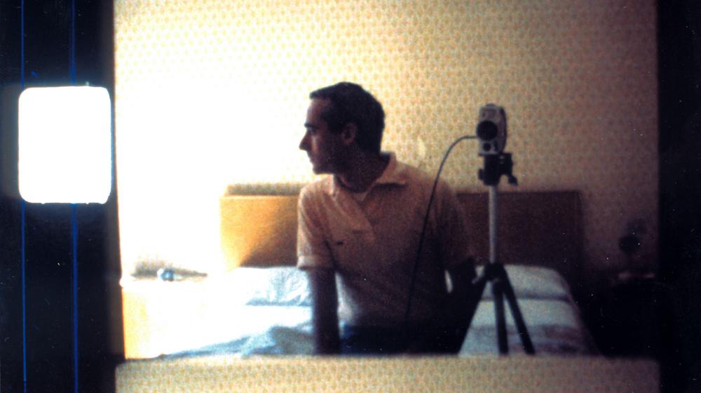 Jean-Claude Rousseau en una habitación de hotel en Roma (1986). Fotograma de un rollo de Super-8 filmado pero no usado para la película Les antiquités de Rome (1989)