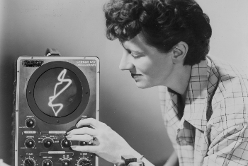 Mary Ellen Bute  | Mary Ellen Bute con su osciloscopio (cortesía Center for Visual Music)