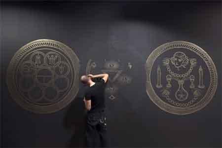 Making of del mural de l'exposició «La llum negra», una creació de Leon Ka