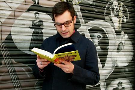 Miqui Otero lee a Junot Díaz